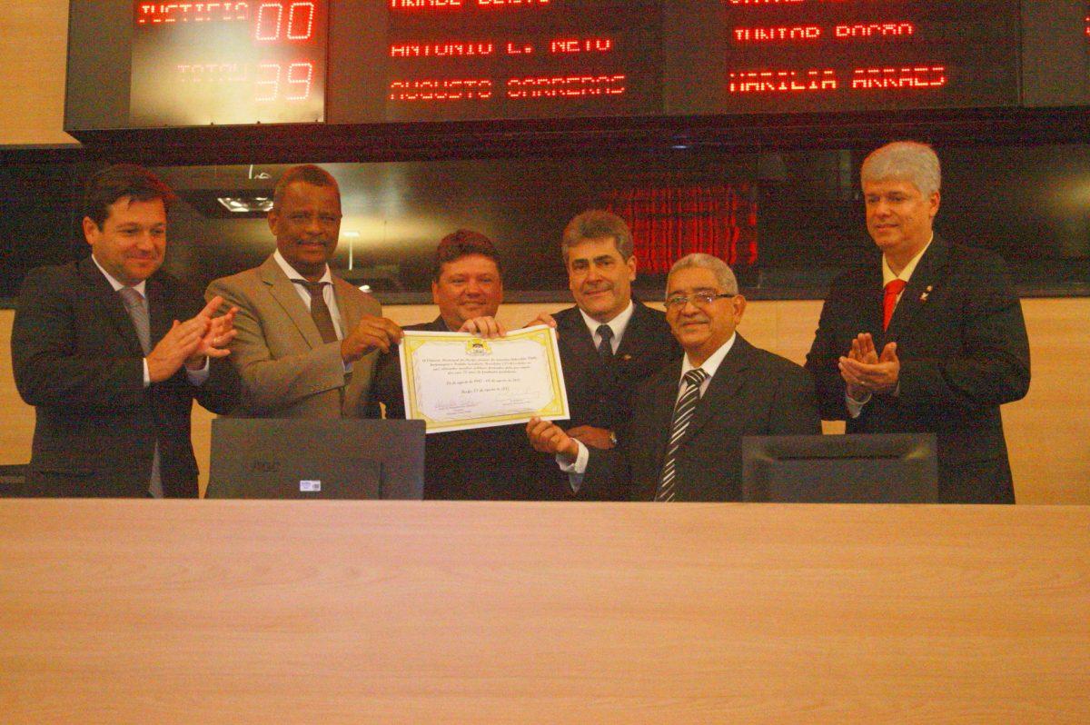 PSB e secretário-geral Adilson Gomes recebem homenagem na Câmara do Recife